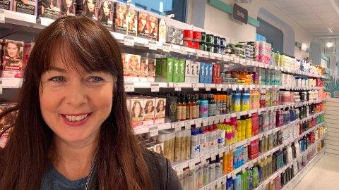 BILLIG OG BRA: Berit Skyttern (52) er på utkikk etter en hårfarge. Hun har et godt inntrykk av utvalg og pris på Normal. Nettavisens pristest viser en knock-out-seier mot de billigste dagligvarebutikkene. Foto: Morten Solli (Nettavisen)