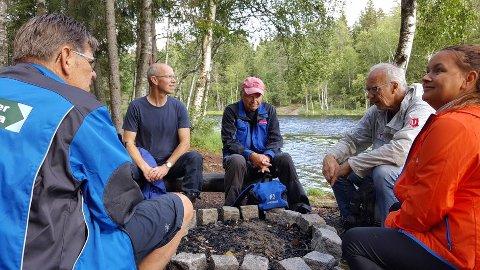 RAST VED BÅLPLASSEN: Fra venstre Arne Norum, Dag Olav Brækkan, Bjørn Michelsen, Reidar Lund og Gøril Danielsen.