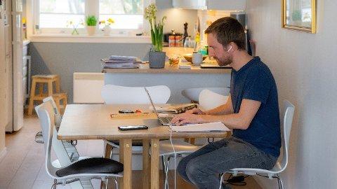 HJEMMEKONTOR: Mange har veldig lite ergonomisk tilpasset arbeidsplass på hjemmekontor. Illustrasjonsfoto. Foto: Thomas Brun (NTB)