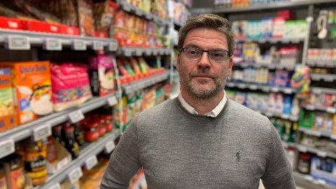 MÅ TA GREP: Harald Kristiansen, kommunikasjonssjef i Coop Norge, forteller at de i enkelte butikker har tatt grep for å unngå klynger med skoleelever.  Foto: Halvor Ripegutu