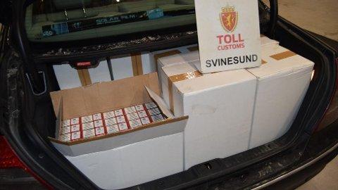 OPPFYLT: Bagasjerommet til Follo-mannen rommet akkurat 61.000 sigaretter.  Foto: Tolletaten