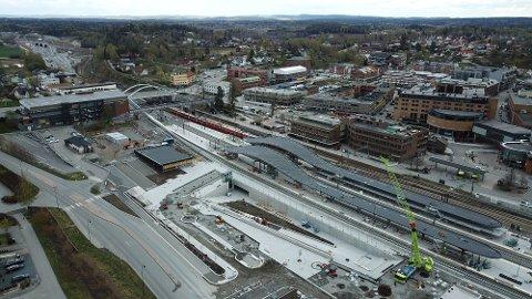 Fra luften ser man godt hvordan Skis nye kollektivknutepunkt stiger frem i Ski sentrum. Bane NOR/Røer Production