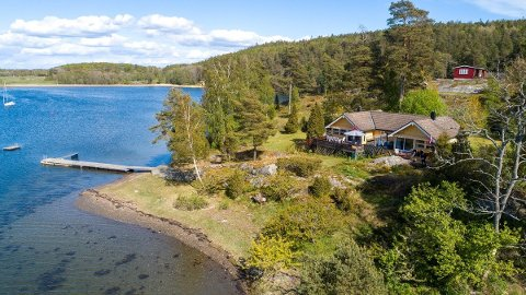 HØY PRISKLASSE: 14 millioner kroner er prisen på denne hytta i Larkollen. Med på kjøpet følger bl.a. 100 meter strandlinje og en tre mål stor tomt.