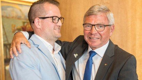 IKKE HELT ENIGE: Kjell Magne Bondevik og sønnen John Harald Bondevik, her fra en mottakelse i anledning Kjell Magne Bondeviks 70-årsdag i 2017.