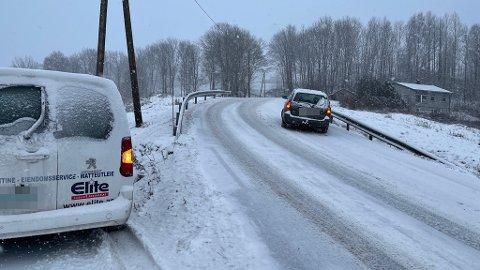GLATT: Mange biler taklet ikke det glatte føret mandag formiddag. Her fra Sundbybakken mellom Ås og Frogn.
