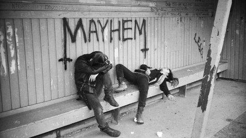 IKONISK BILDE: Øystein Aarseth og Jørn Stubberud fotografert i leskuret på Langhus i 1987 hvor den berømte grafittien står. Nå kan altså bandet havne i Rockheim Hall Of Fame.