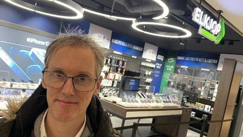 TAR ELKJØP TIL FORBRUKERTILSYNET: - Da jeg kom hit var det flere i kø foran meg, og alle ba om et produkt de hadde kampanje på. Alle gikk ut uten produkt, forteller Anders Falkum. (Foto: Morten Solli)