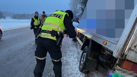 En lastebil har sklidd ut av veien på Nesodden. Foto: Ivar Ruud Eide
