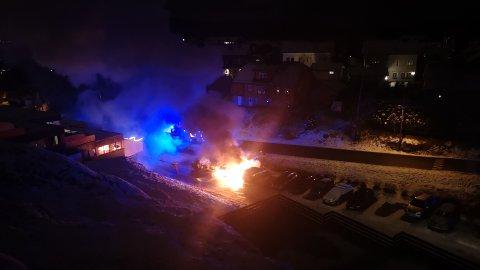 BIL TIL BIL: Fra terrassen så Anders og Aina Ryli hvordan brannen spredte seg fra bil til bil.