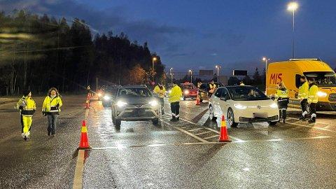STOPPET ALT: Statens vegvesen og politiet stoppet av alt kjøretøyer i sydgående retning på Støkkensletta, helt til parkeringsplassen var full.