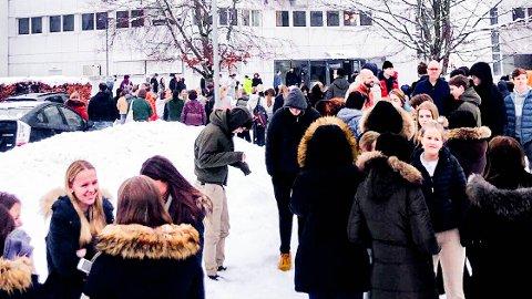 ALLE UT: Hele Drømtorp videregående skole ble evakuert fredag.