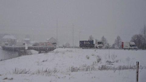 FÆLT: En trailer med trøbbel i rundkjøringen ved YX i Vestby gjorde at det ble lange køer på Osloveien mot Deli er ikke den eneste som har slitt i dag.
