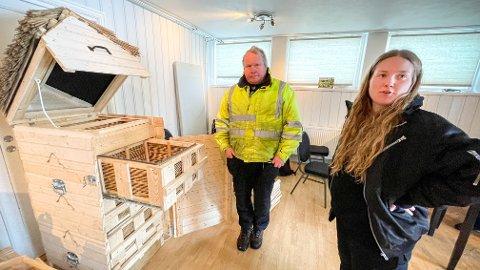 EGENPRODUSERT: Ole-Petter Lindegaard og styreleder Thea Emilie Dalen Dille i BeeFolque Kollektivet har stor tro på disse egenproduserte bikubene med siv fra Midtsjøvann.