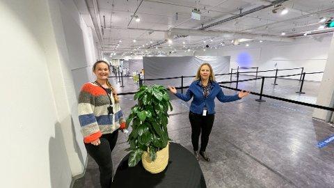 VELKOMMEN: Vaksinekoordinatorene Kristine Lunde Haugen (til venstre) og Marit Skjerven ønsker velkommen til vaksinasjonssenteret på Ski storsenter fra torsdag formiddag.