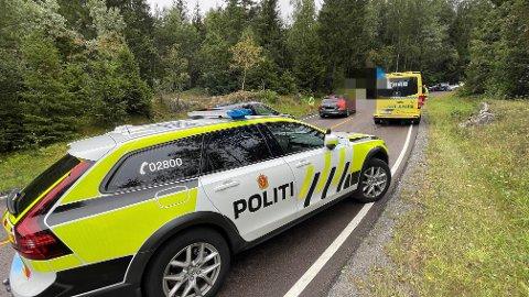 Nødetatene er på plass i Rundvollbakkene i forbindelse med at en bil har kjørt av veien.