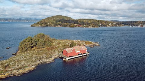 IDYLLISK BELIGGENHET: Kølabua ligger idyllisk til på Sauholmen, bare hundre meter fra bryggene til Son Spa.