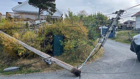 RASTE SAMMEN: En lastebil dro med seg det som var av stolper og strømledninger i Feierbakken.