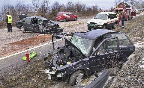 Møteulykkene på den såkalte «Dødsveien» preget avisene i Vestfold på 80- og 90-tallet. Bildet er fra en ulykke på gamle E18 nord for Holmestrand. Arkivoto: Per Moe