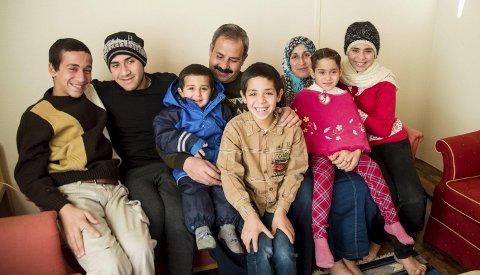 Nei til retur: Familien Al-Ali er åtte av 40 FN-flyktninger som skal bosettes i Larvik i 2014–2015. På spørsmål om de vil tilbake til Tyrkia rister de minste barna bestemt på hodet. F.v.: Mohammed (14), Ismail (18), Ahmed (3), Kahlid, Mustafa (10), Fatima, Shahed (5) og Amina (14).Foto: Mari Eia Bringedal