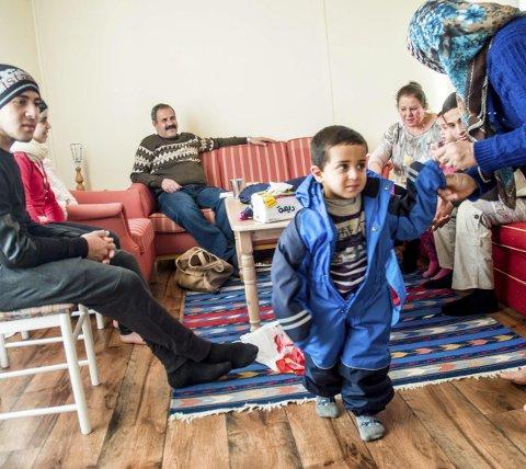 Takknemlig: Nå kan familien Al-Ali endelig prøve å legge krigen bak seg og fokusere på helse, skole og framtiden, men slektninger og familie i Syria er alltid med i tankene. F. v: Ismail (18), Amina (14), pappa Kahlid, Ahmed (3), Hiam Al-Chirout, Shahed (5), Mustafa (10) og mamma Fatima. Foto: Mari Eia Bringedal
