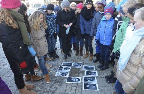 Viktig å minnes: Sjette- og sjuendeklassingene ved Nanset skole besøkte snublesteinene på Torget i går, og fikk se bilder av medlemmene av familien Sachnowitz.