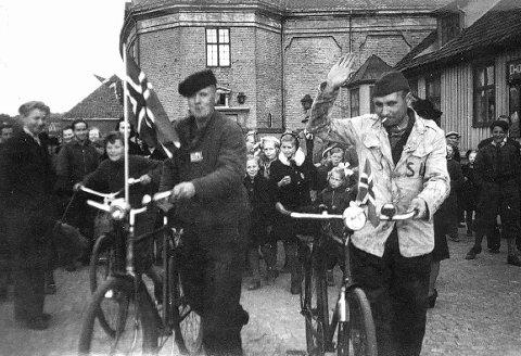Russiske fanger: To russiske fanger fotografert i Larvik etter frigjøringen i mai 1945, lykkelige over at helvetet i tysk krigsfangenskap endelig var over.Arkivfoto