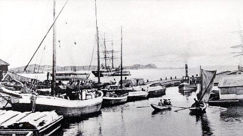 ELVEBRYGGENE. Gamle bilder fra Elvebryggene med omgivelser.  Bryggeliv på østsiden av elva tidlig på 1900-tallet.