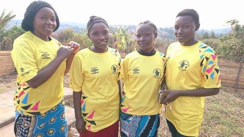 LOKALE DRAKTER: Solveig og Godluck Cholongo hadde med seg PW-cuptrøyer da de besøkte Agape-prosjektet sitt i Tanzania tidligere i høst.