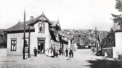 GYLDENLØVES GATE sett fra Dronningensgate omkring 1905. Droningensgate 19, nå Torstrand Vels grendehus, var den gang Thv. Guttormsens husholdningshandel, senere P.M. Borge.
