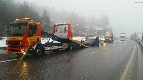 MÅTTE HA HJELP: En bil kjørte inn i autovernet på E18 i Larvik, ikke langt fra fylkesgrensen til Telemark søndag morgen.