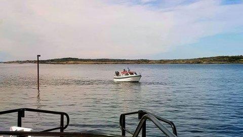 PÅ GRUNN: En båt fikk et ublidt møte med bunnen ved Indre Rakke lørdag.
