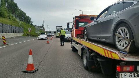 Bilen fikk materielle skader i sammenstøtet med veideleren, og ble fraktet vekk fra stedet med redningsbil.
