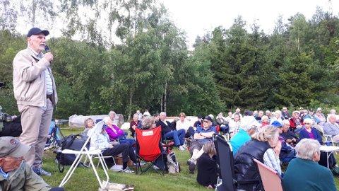 Svein Trøim  forteller til en lydhør forsamling om hvordan det var å vokse opp her inne for ca 70 år siden.