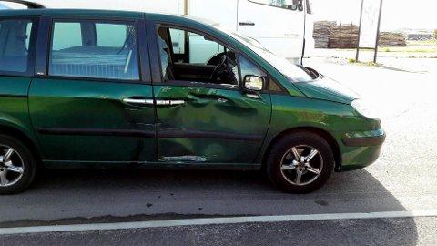 KRASJ: Det ble skader på personbilen.