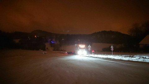 Rauanveien: Enda et vogntog satt seg fast i en av bakkene på Rauanveien torsdag ettermiddag. Foto: Bilberging Vestfold