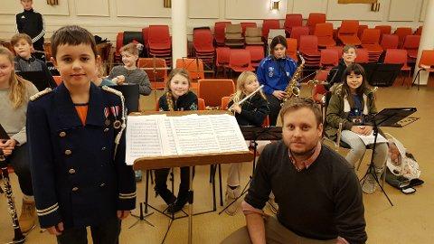 GJENBRUK: Erling Foldvik (10) bruker jakken til dirigent Simen Aares (32). Han brukte den selv da han var på Erlings alder. Stavern og Brunlanes gutte- og jentekorps håper de får midler til å kunne kjøpe nye uniformer til skolekorpset.
