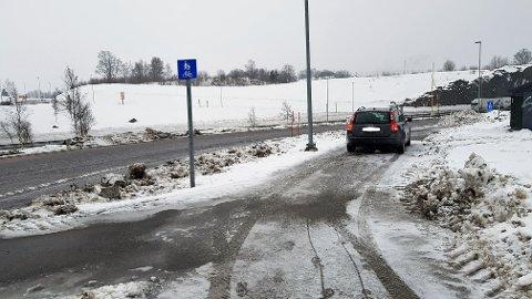 VANSKELIG: Det er ikke lett for bilister å slippe av eller hente passasjerer i busslommene. Flere ser seg nødt til å stoppe i rundkjøringen, eller kjøre inn på fortauet.
