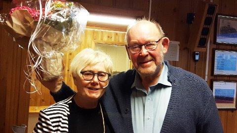 STOR INNSATS: Lagets formann, Asbjørg Holt Samuelsen, har overrakt blomster til gjenvalgt sekretær Egil Hem.