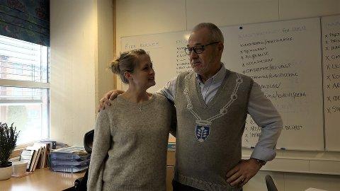STORFORNØYD: Ordfører Rune Høiseth ble både glad og overrasket da han ble overrakt sin egen spesialstrikkede genser av Mona Furustad Gladhaug.