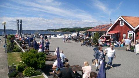 VED MONUMENTET: Denne sommeren skal bryggegudstjenesten i Helgeroa være ved monumentet som ble avduket Olsok for to år siden, til minne om Hellig Olavs seier i Nesjarslaget 1016.
