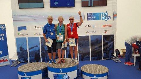 BRONSE: Elise Marie Wåle (høyre) tok ny personlig rekord og norgesrekord i vektkast i aldersklassen 75-79 år. Førsteplassen gikk til Janicke Lorraine Barnes fra Australia, Tiia Krutob fra Estland kom på andre.
