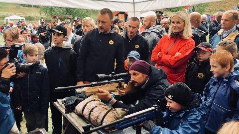 TOK UTFORDRINGEN: Kronprins Haakon tok utfordringen med å skyte på blink. Ved siden av ligger Sebastian Evensen Strand (9 1/2). Til venstre for kronprinsessen står Jørgen Rønneberg og Bjørn Vorre fra Lardal Jeger og Fisk.