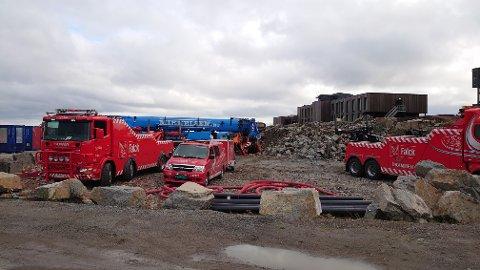 REDNINGSAKSJON: Falck er i gang med redningen av en stor gravemaskin på Torp.