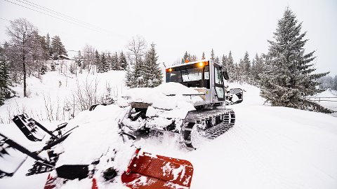 TIDDELIBOM: Det har allerede kommet mellom 35 og 45 centimeter med snø på Skrim, og fredag kjørte løypemaskinen opp sesongens første skispor. I Borgen i Svarstad er det preppet og klar for skøyting, og kanskje klassisk-spor hvis det er litt kulde.