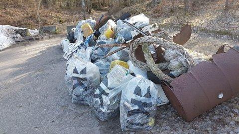 IKKE PENT: Plastsekker og annet skrot står tett i tett på parkeringsplassen ved Ølbergholmen. Det har det gjort i lang tid.