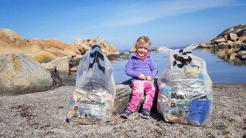 INSPIRERTE FLERE: Lille Hannah Hagstrøm på 4 år  var med å plukke søppel på Svenner i helgen. Det inspirerte flre andre båtfolk til å også ta et tak.
