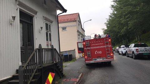 RYKKET UT: Brannvesenet rykket ut etter melding om brann i Mellom Bøkeligate. Her står de parkert i Øvre Bøkeligate.