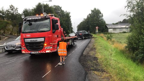 Bilen som kjørte av veien ved Holmejordet ble hetet opp av Falck.