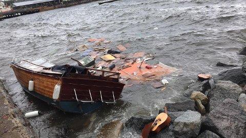 KNUST: En trebåt ble kastet mot steinene i Indre Havn i Larvik lørdag.