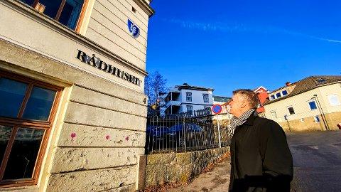 RÅDHUSET: Ikke spesielt representativt, konstaterer ordfører Erik Bringedal om fasaden på den gamleskolebygningen som bærer navnet Rådhuset.